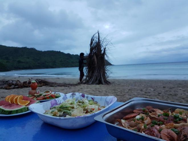 Dinner is served! Three day expedition with El Nido Paradise from El Nido to Coron. Philippines.